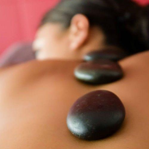 Massage pierres chaudes - un moment érotique
